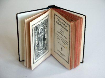 Boekblokje voorzien van nieuwe schutbladen en kapitaalbandjes.
