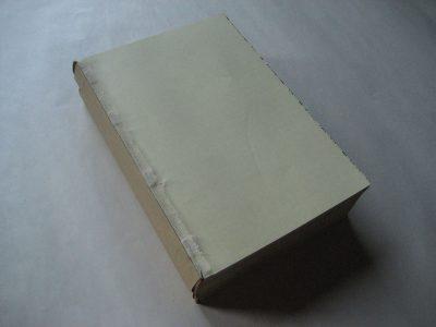 Boekblok na reparatie: losse bladen genaaid, rug opnieuw verlijmd, zogeheten Engelse koker aangebracht,  kapitalen bevestigd aan kop en staartzijde.