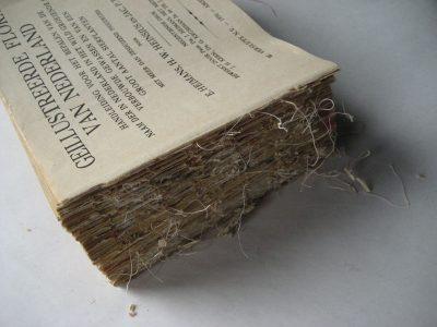 Allereerst is nodig om de oude draadjes te verwijderen. Het papier is bros en kwetsbaar, dus dit is een zorgvuldig karweitje.