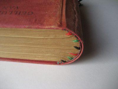 Boekblok voorzien van nieuwe bandzetter. Het oude linnen is hierop weer verlijmd en het onderliggende nieuwe linnen is op een aantal plekken op de oude kleur gebracht.