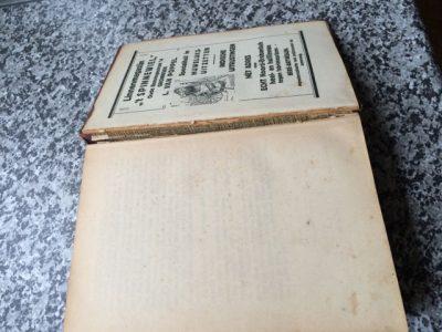 Net als aan de voorzijde van de bandzetter, is ook aan de achterzijde van de bandzetter een aantal pagina's met reclame opgenomen, waarvan een blad als schutblad rechtstreeks op de binnenzijde van de bandzetter is verlijmd.