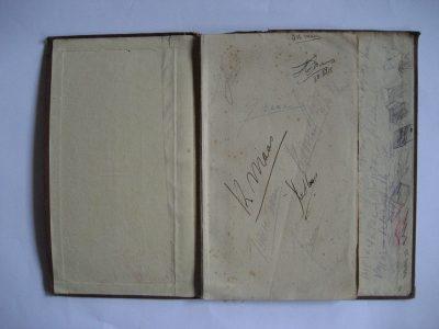 It runs in the family.... Met verzoek om alle pagina's met aantekeningen en handtekeningen van eerdere bezitters te behouden.