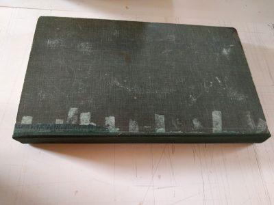 Buitenzijde album met verkleuringen als gevolg van gebruikt plakband.